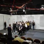 Masová scéna z divadelní hry.