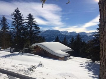 Zasněžená alpská krajina.