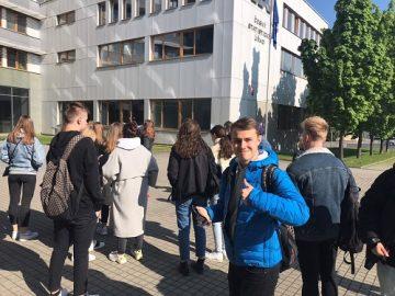 Před budovou ČSÚ v Praze.
