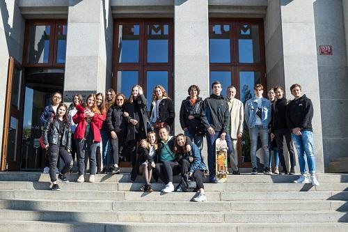 NTM 19 - společné foto před muzeem.