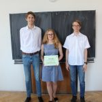 Vítězný tým s diplomem.