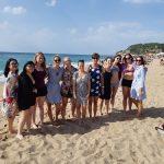 OA poznávací zájezd - skupinka na pláži.