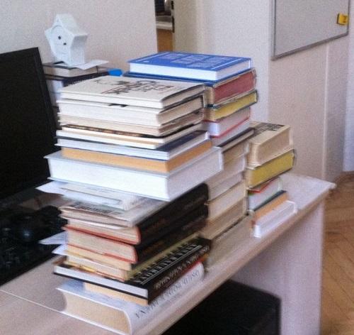 Ilustrační foto - stoh knih z knihovny školy.