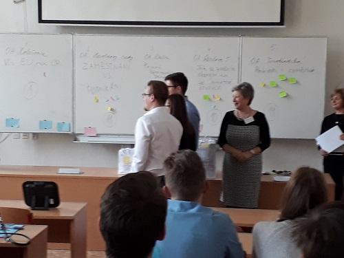 """Soutěžící naší školy v celopražské soutěži """"Ekonomický tým""""."""